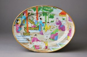 Platter with Mandarin scenes of Chinese figures in outdoor settings.